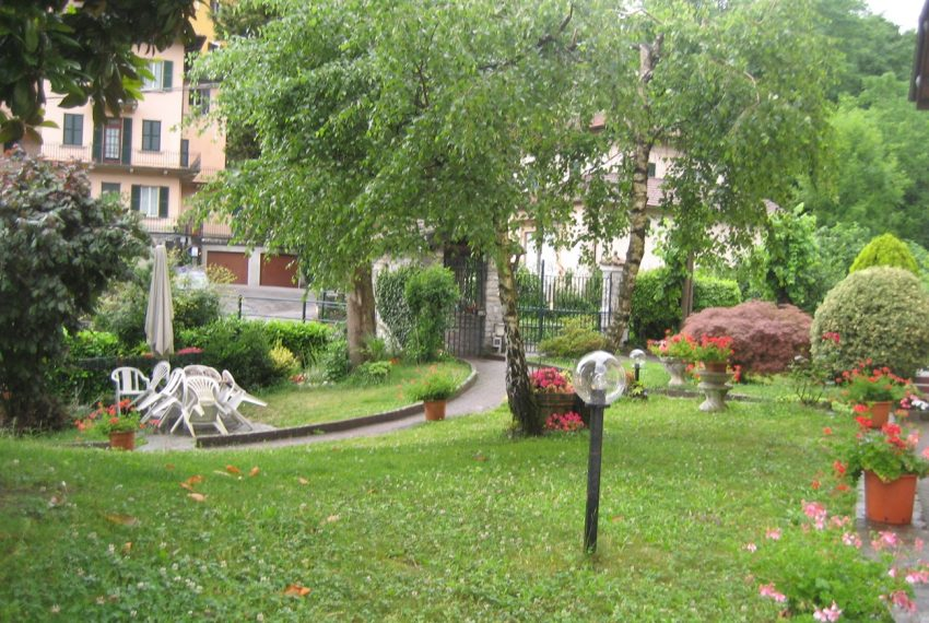 Lake Como Tremezzo apartment in villa with parkland. Only € 75.000 garage included (1)