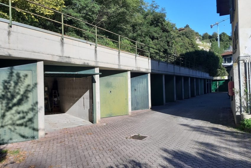 Lake Como Tremezzo apartment in villa with parkland. Only € 75.000 garage included (8)