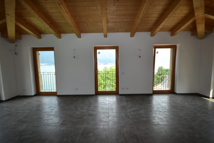 lake Como brand new penthouse with pool, private garden, garage and lake view. 100 mt from the beach (14)