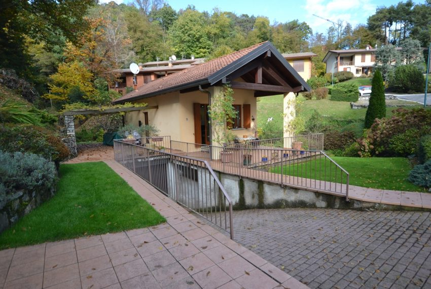 Lake Como Menaggio house in residenc with pool, tennis court and bowling green. Garage and private garden. (21)