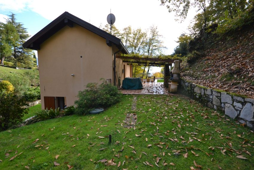Lake Como Menaggio house in residenc with pool, tennis court and bowling green. Garage and private garden. (9)