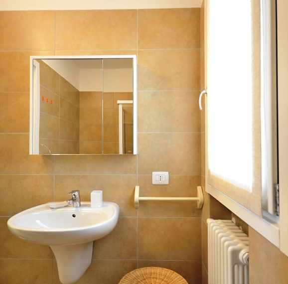Lenno apartment in residence with poll and parking space. Close to all amenities (10)