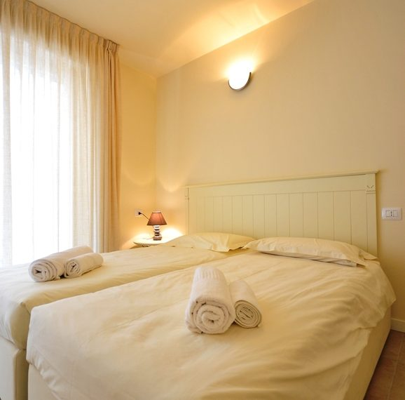 Lenno apartment in residence with poll and parking space. Close to all amenities (7)