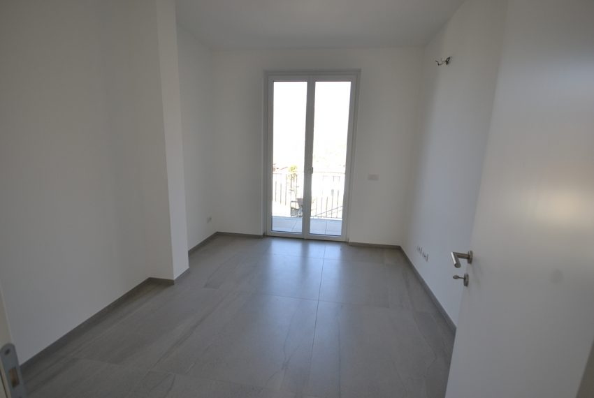 Carlazzo villa with garden, large garage and newly furnished (10)