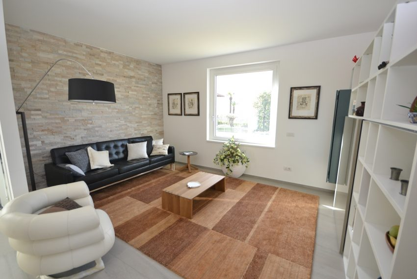 Carlazzo villa with garden, large garage and newly furnished (18)