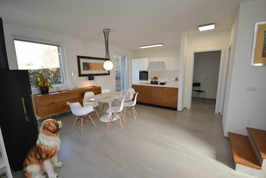 Carlazzo villa with garden, large garage and newly furnished (19)
