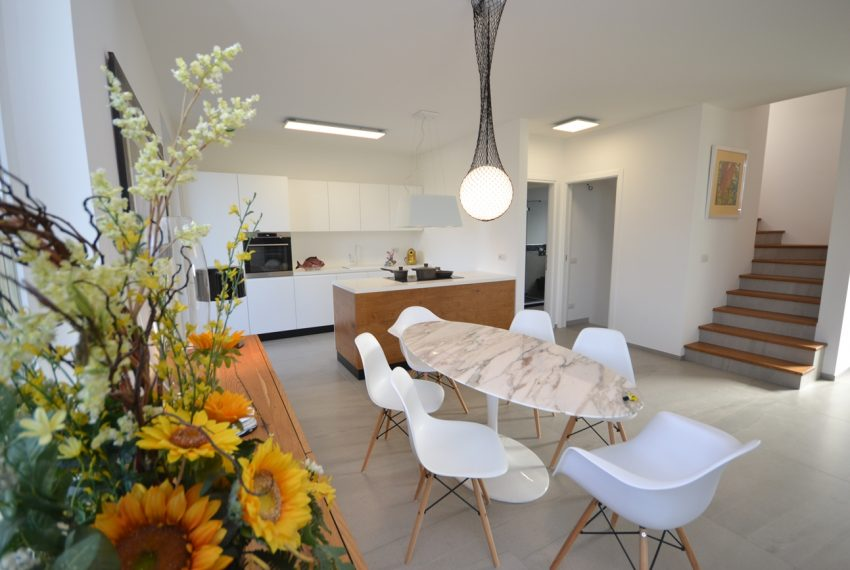 Carlazzo villa with garden, large garage and newly furnished (20)