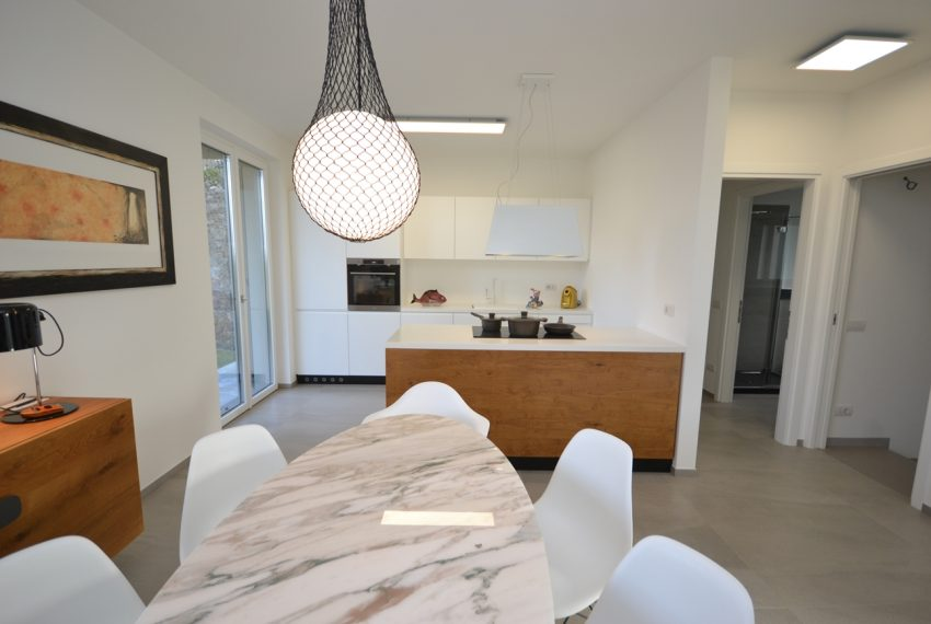 Carlazzo villa with garden, large garage and newly furnished (21)