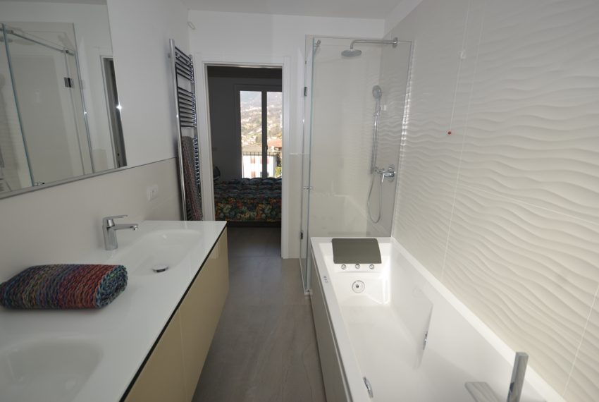 Carlazzo villa with garden, large garage and newly furnished (4)