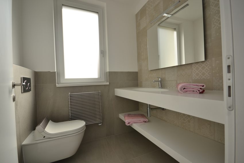 Carlazzo villa with garden, large garage and newly furnished (7)
