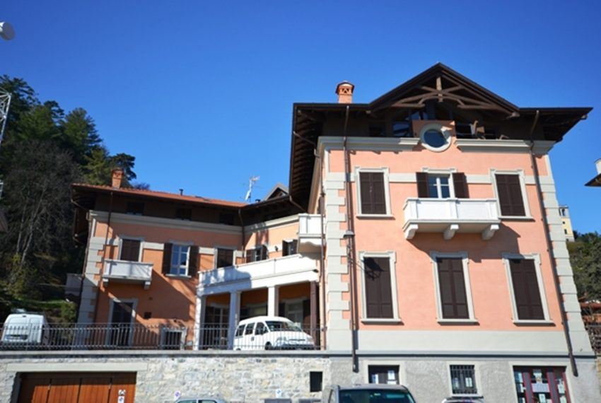Menaggio apartment in the town centre in period building in lake front position. Lake Como properties (1)